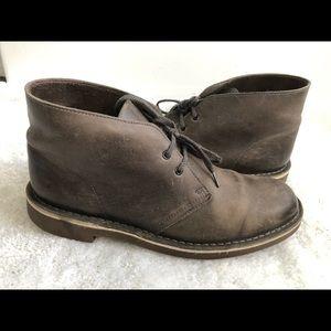 Men's 9.5 CLARKS Gray Leather Chukka Boots